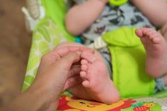 Zamyka w górę macierzystych dotyka dziecka nóg zdjęcie royalty free