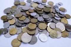 Zamyka w g?r? Malezyjskich monet nad bia?ym t?em zdjęcia stock