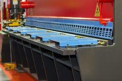 Zamyka w górę metalu prześcieradła tnącej maszyny dla przemysłowego przy fabryką fotografia royalty free