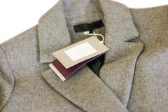 Zamyka w górę metki popielaty wełna żakiet Odziewa, odzież i moda Zdjęcie Stock
