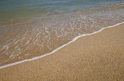 Zamyka w górę miękkiej części fala na piasek plaży, morze piana, pluśnięcie morze Zdjęcie Royalty Free