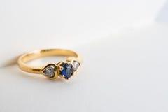 Zamyka w górę miłość szafiru pierścionku w książce Fotografia Stock