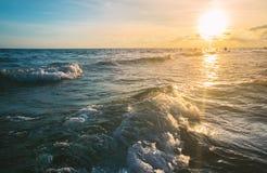 Zamyka w górę morze fala przy zmierzchu czasem, lata tło Obraz Stock