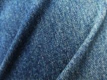Zamyka w górę niebiescy dżinsy drelichowego fałdu Zdjęcia Royalty Free