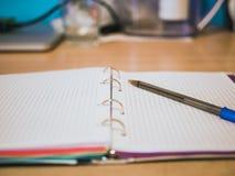 Zamyka w górę notatnika z pustymi prześcieradłami fotografia stock