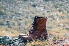 Zamyka w górę nowego brązu rzemiennego buta na halnym jeziornym widoku punkcie Przygody pojęcie, wycieczkowicz, podróż kosmos kop obraz stock
