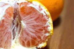 Zamyka w górę obranej świeżej pomarańczowej owoc obraz stock