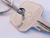 Zamyka w górę odgórnej części metal stali pojedynczy klucz i keyring Fotografia Royalty Free