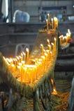 Zamyka w górę ogienia na świeczce w kościół Fotografia Stock