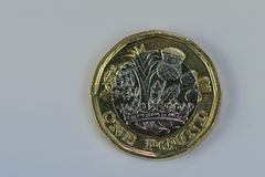 Zamyka w górę ostrość fotografii nowego Zlanego królestwa Funtowa moneta odizolowywająca na białym tle Fotografia Royalty Free