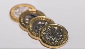 Zamyka w górę ostrość fotografii nowego Zlanego królestwa Funtowa moneta odizolowywająca na białym tle Obraz Stock