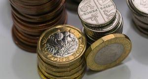 Zamyka w górę ostrość fotografii nowego Zlanego królestwa Funtowa moneta wśród innych Brytyjskich monet, Zdjęcia Royalty Free