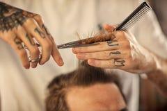 Zamyka w górę ostrzyżenia przy fryzjera męskiego sklepem zdjęcie stock