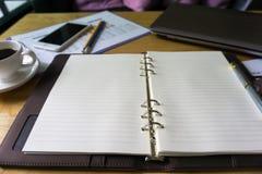 Zamyka w górę otwartego notatnika z jasnymi stronami obraz stock