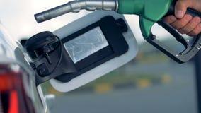 Zamyka w górę paliwowego nozzle bierze za pojazdu zbiorniku od zdjęcie wideo