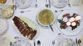 Zamyka w górę panning widoku wyśmienicie gość restauracji: łosoś, boże narodzenia sałatki, kurczaka rosół, napój, odgórny widok zdjęcie wideo