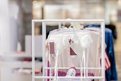 Zamyka w górę paska dla pończoch przy sklepem Reklamuje, sprzedaż, mody pojęcie obraz stock