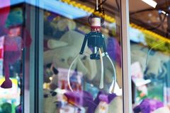Zamyka w górę pazur dźwigowej maszyny za szkłem przy funfair jako część «festiwalu amerykanin przyjaźń w Heidelberg obraz stock