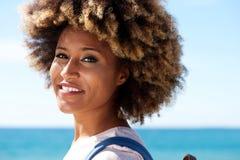 Zamyka w górę pięknej afro amerykańskiej kobiety stoi outdoors z kędzierzawym włosy Obrazy Royalty Free