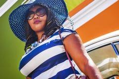 Zamyka w górę pięknej Afrykańskiej kobiety w błękitnej, biel paskującej sukni przed rocznikiem i ho zdjęcie royalty free