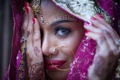 Zamyka w górę Pięknej indyjskiej dziewczyny kobiety Młodego hinduskiego modela z kund zdjęcie royalty free