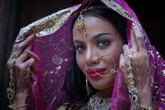 Zamyka w górę Pięknej indyjskiej dziewczyny kobiety Młodego hinduskiego modela z kund fotografia stock