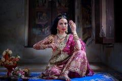 Zamyka w górę Pięknej indyjskiej dziewczyny kobiety Młodego hinduskiego modela z kund zdjęcia stock