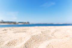 Zamyka w górę piaska z zamazanym dennym nieba tłem, letni dzień, kopia obraz royalty free