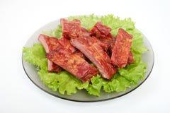Zamyka w górę piec na grillu wieprzowina ziobro na talerzu odizolowywającym na białym tle zdjęcia royalty free