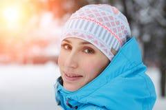 Zamyka w górę plenerowego portreta młoda kobieta w zimie Obrazy Royalty Free