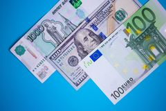zamyka w górę plika pieniędzy euro, dolary, ruble banknotów na błękitnym tle, biznes, finanse, oszczędzanie, bankowości pojęcie obrazy stock