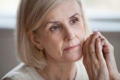 Zamyka w górę portret smutnej rozważnej atrakcyjnej starej kobiety zdjęcie stock