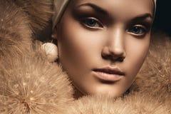 Zamyka w górę portreta ładna kobieta z dandelions Zdjęcia Royalty Free