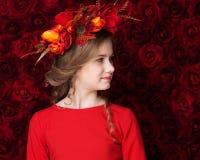 Zamyka w górę portreta śliczna dziewczyna w kwiatu wianku troszkę Obrazy Stock
