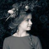 Zamyka w górę portreta śliczna dziewczyna w kwiatu wianku troszkę Fotografia Stock