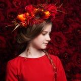 Zamyka w górę portreta śliczna dziewczyna w kwiatu wianku troszkę Zdjęcie Royalty Free