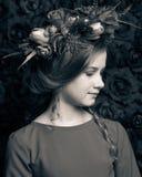 Zamyka w górę portreta śliczna dziewczyna w kwiatu wianku troszkę Zdjęcie Stock