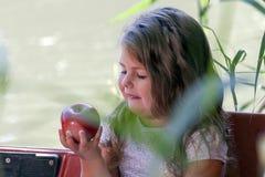 Zamyka w górę portreta śliczny małej dziewczynki obsiadanie w łodzi na Zdjęcia Stock