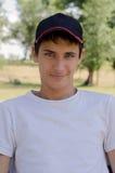 Zamyka w górę portreta śliczny nastolatek w baseball nakrętce Zdjęcie Stock