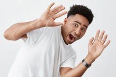 Zamyka w górę portreta śmieszny młody przyglądający atrakcyjny skinned mężczyzna z afro fryzurą w modnym zdjęcia royalty free