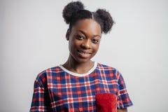 Zamyka w górę portreta afrykanin wzorcowe wyraża pozytywne emocje Zdjęcia Stock