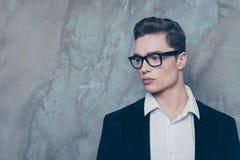 Zamyka w górę portreta atrakcyjny młody facet w białym jac i koszula obrazy royalty free