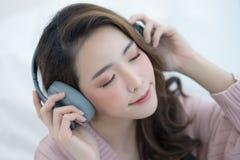 Zamyka w górę portreta azjatykcia młoda kobieta w ciepły puloweru ono uśmiecha się Fotografia Royalty Free