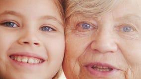 Zamyka w górę portreta babcia i wnuczka Jaskrawi fiołków oczy zdjęcie wideo