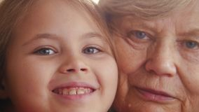 Zamyka w górę portreta babcia i wnuczka z niebieskimi oczami zdjęcie wideo