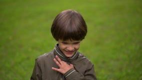 Zamyka w górę portreta bardzo śliczna młoda chłopiec która łapie mydlanych bąble Zwolnione tempo zdjęcie wideo
