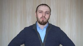 Zamyka w górę portreta brodaty mężczyzna żuć bąbla dziąsło zbiory wideo