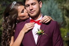 Zamyka w górę portreta całowanie ślubu para Fotografia Royalty Free