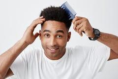 Zamyka w górę portreta dojrzały ciemnoskóry atrakcyjny męski student uniwersytetu z kędzierzawym ciemnym włosy w bielu obraz royalty free