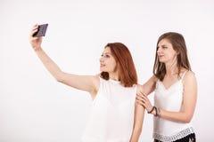 Zamyka w górę portreta dwa piękna młoda kobieta bierze selfie zdjęcie royalty free